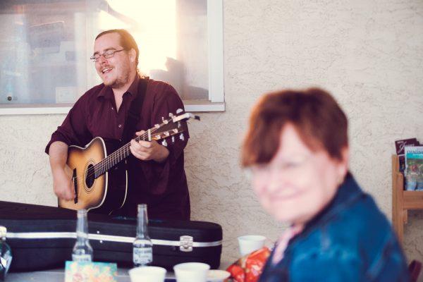 Kanadsky umelec, ceska kytara a moje nova kanadska adoptivni mama. :)